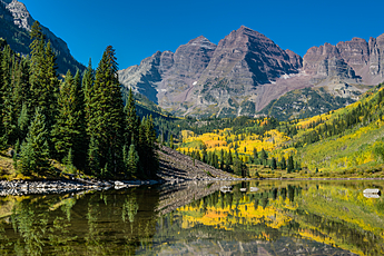 Autumn colors at the Maroon Bells near Aspen, Colorado